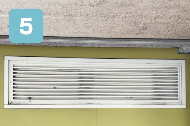 乾排気ダクト清掃手順、店舗外のガラリ(排気口)を分解